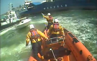 Dramatic moment lifeboat crew lasso runaway speedboat in Devon (video)