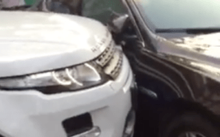 Angry Chinese woman pushes Jaguar out of the way with her Evoque