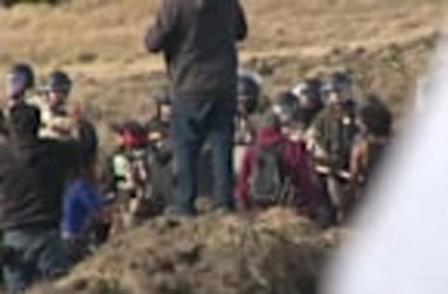 Police start removing Dakota pipeline protesters
