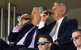 Former PM Hawke's beer-downing antics a hit with Handscomb