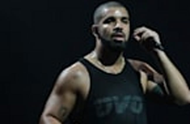 Drake STOPS Concert To Wish Rihanna Happy Birthday!