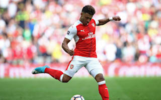 Oxlade-Chamberlain studying Alves before FA Cup final