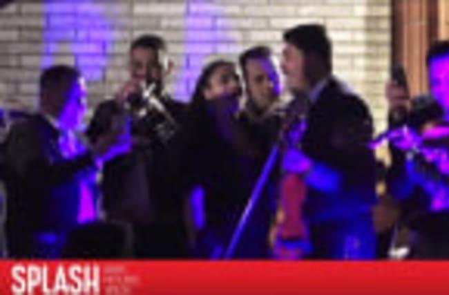 Salma Hayek chante avec un groupe de mariachi après les Oscars