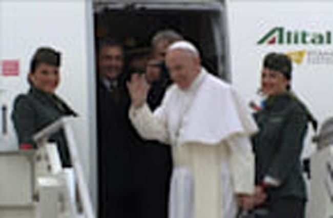 Pope Francis leaves for a visit to Egypt in an effort to mend ties
