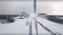 Un drone deshielando un molino eólico te hará adorar (más) la tecnología