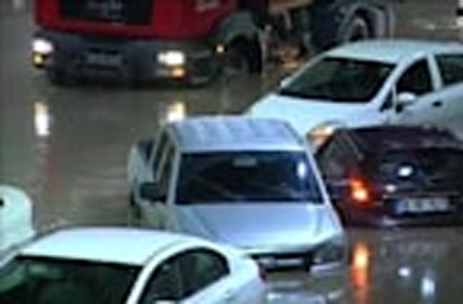 Heavy rain floods tunnel, strands cars in Turkey