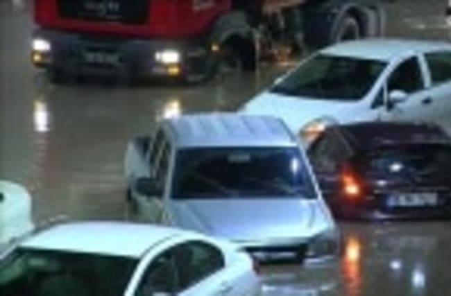 Heavy rain floods tunnel, strands cars in Turkey