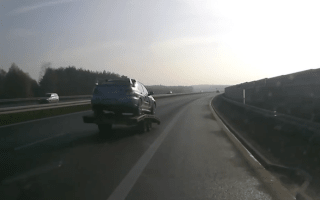 Here's the hilarious moment a trailer overtakes the vehicle towing it