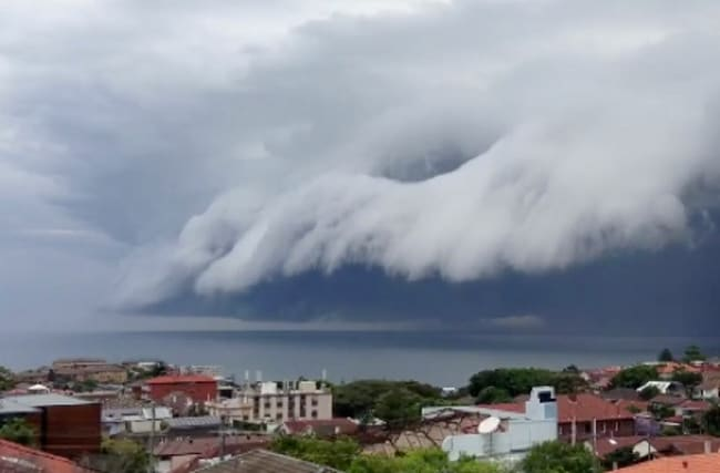 Incredible 'tsunami cloud' rolls in over Sydney (video)
