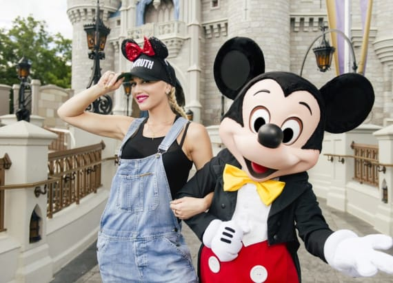Gwen Stefani takes her kiddos to Disney World
