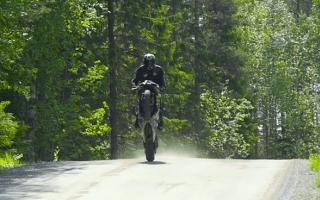 Finnish stunt rider creates off-road tribute to Isle of Man TT
