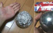 No, meter una bola de papel de aluminio en el microondas no va hacer que consigas esto