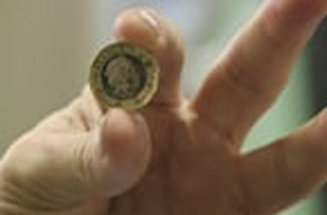 New one pound coin goes into circulation