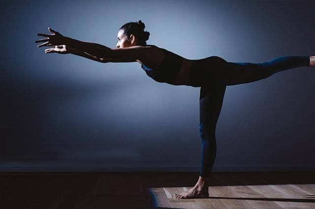Estos pantalones vibrarán para que aprendas a practicar yoga