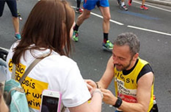 Watch: London Marathon runner stops to propose to girlfriend