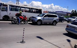 Motorcyclist stops stubborn SUV driver from jumping traffic jam