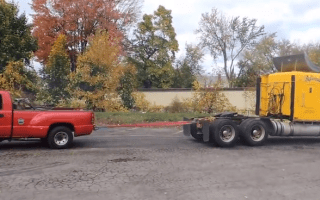 Video: Pick-up truck tug of war