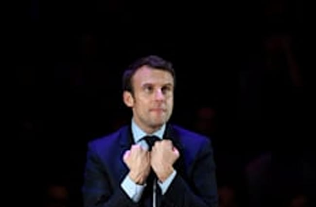 Macron poursuit sa tournée des capitales à Londres
