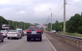 Impatient motorist hits the hard shoulder to overtake traffic