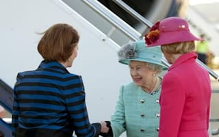 Australian PM under fire for not curtseying to the Queen on her Oz tour