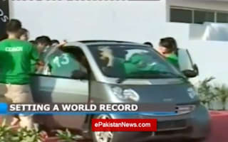 Video: 19 girls set world record inside a Smart Fortwo