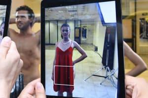 Este escaparate funciona con realidad aumentada y modelos desnudos