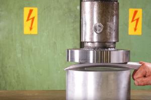 La famosa prensa hidráulica de YouTube intenta destrozar las garras de Lobezno