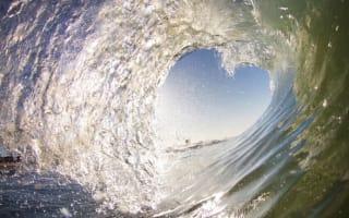 Surfer captures amazing heart-shaped wave photo