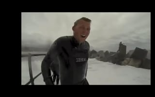 Men risk lives to see huge wave hit breakwater (video)