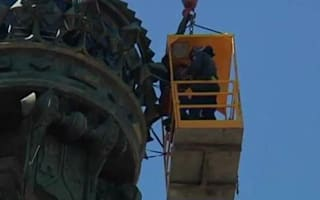 Video: trapped tourists rescued from top of Barcelona statue