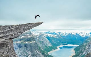 Daredevil parkour artist performs backflip on 700m high cliff