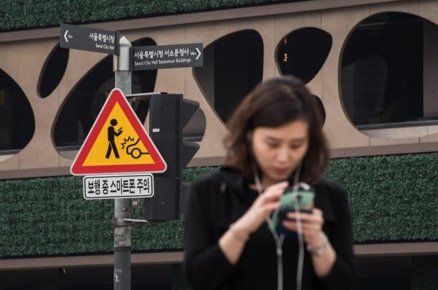 Seúl tiene señales de tráfico para los peatones que van mirando al móvil