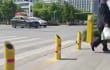 En China están espantando a los peatones temerarios con chorros de agua automáticos