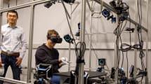 Mark Zuckerberg muestra un prototipo de guantes virtuales para Oculus Rift