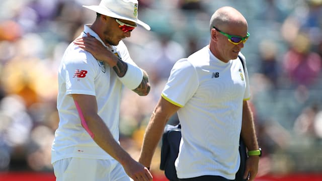 Steyn breaks down with shoulder injury