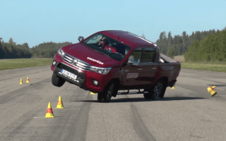 Latest Toyota Hilux still fails 'moose test'
