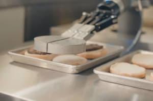 Este robot tuvo ayer su primer y estresante día de trabajo preparando hamburguesas