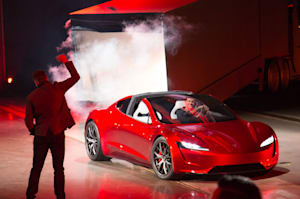 Tesla sorprende a todos sacando de un camión su nuevo Roadster