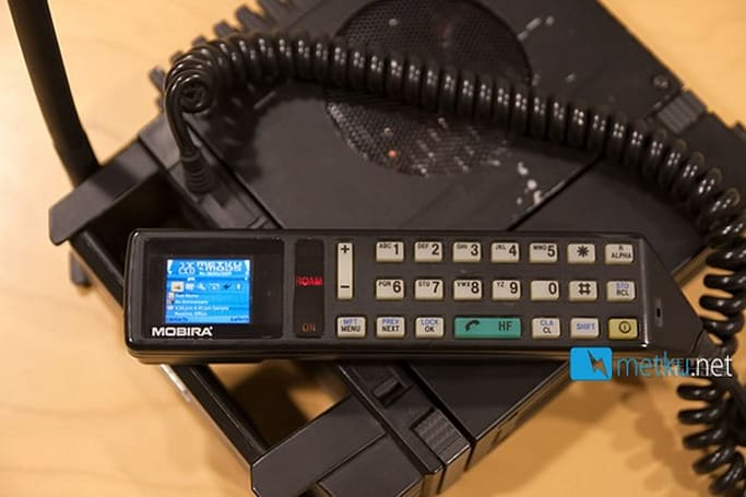 Man turns luggable 25-year-old cellphone into OLED-packing HTPC