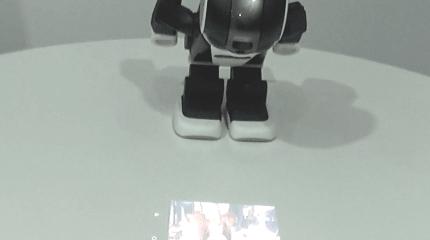 ロボ電話RoBoHoNはこう動く。撮影→お辞儀でプロジェクター、シャープ携帯チーム謹製Android系ロボ