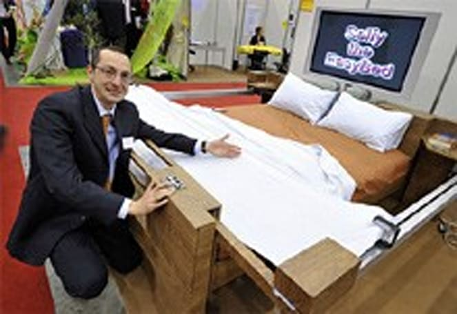 Inventor proclaims laziness, shows off self-making bed