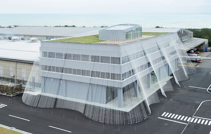 Carbon fiber strings protect buildings against earthquakes