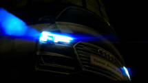 歩行者を自動追尾するヘッドライトで夜間の交差点を見守る、アウディ「マトリクス LEDヘッドライト」の屋外広告