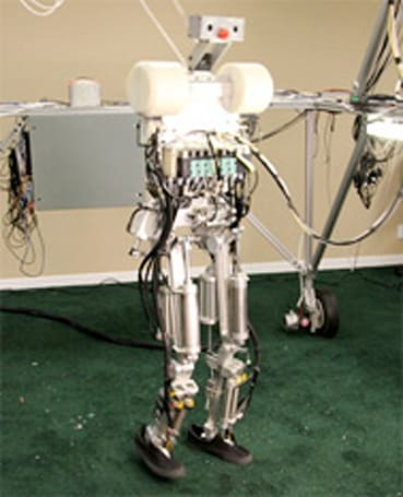 Robot walks independently with dynamic balancing