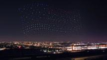 もう花火なんていらない? 300機のドローンが夜空を彩る(動画)