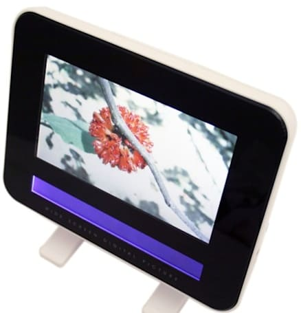 Mustek ruins its PF-E700 picture frame with a retro second LCD