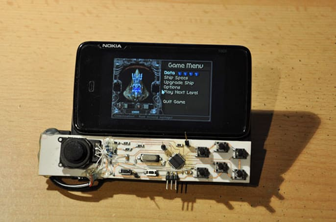 Nokia N900 gamepad hack dispenses with beauty, sidles up to sore thumbs (video)