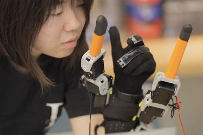 MIT's new robot glove can give you extra fingers