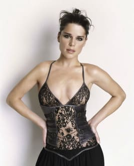 Neve  Campbell photo