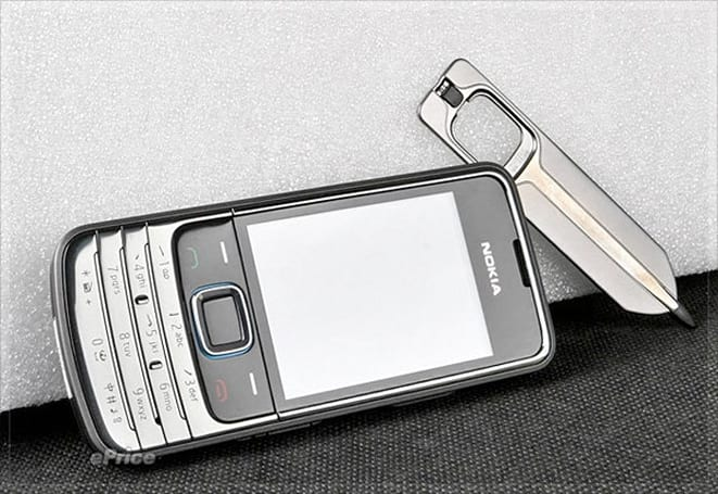 Nokia 6208c poses for beauty shots